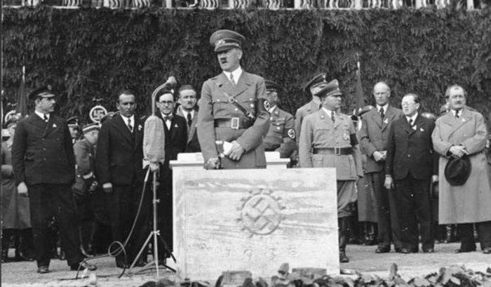 Drei Mann, ein Maschinengewehr – Vor 80 Jahren legte Hitler den Grundstein für das »Volkswagen«-Werk